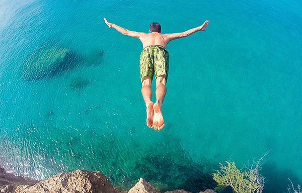 Cuidado con tirarse de cabeza en piscinas el mar o for Tirarse a la piscina